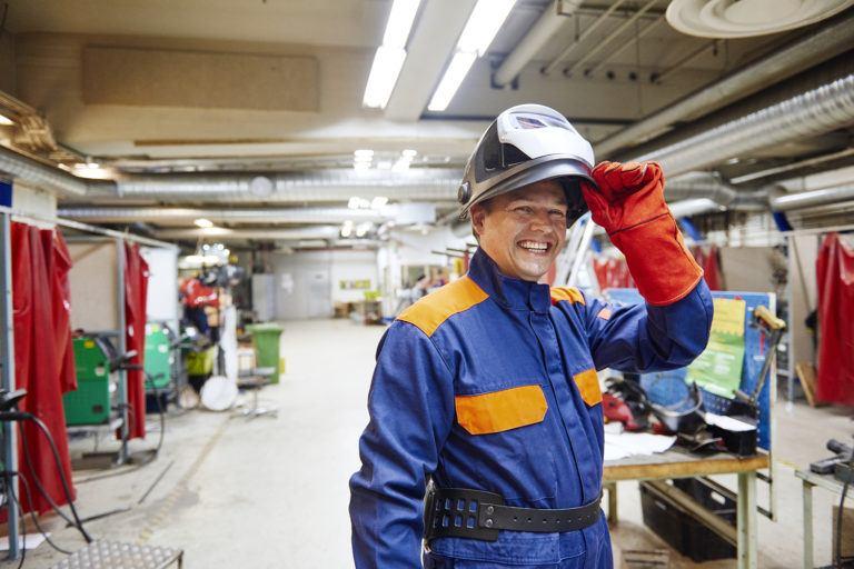 石油化工行业的工作人员必须穿防静电工作服的原因你知道吗